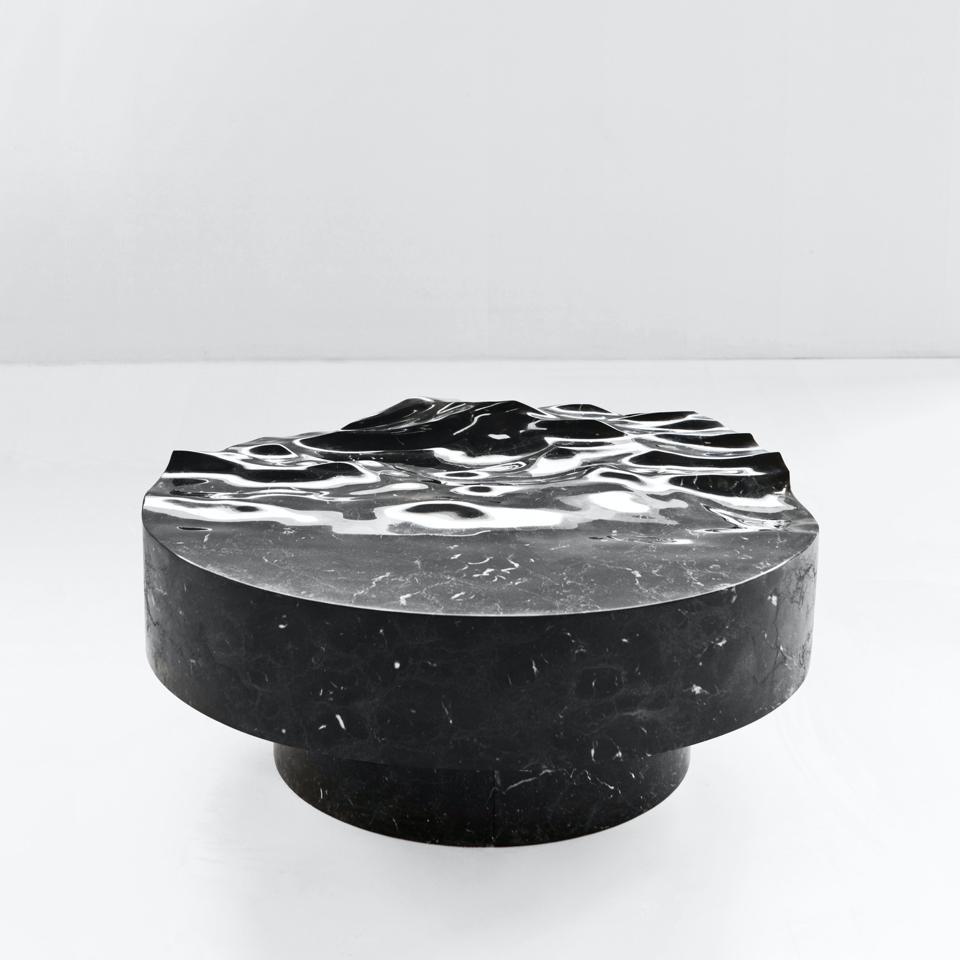 Une table en marbre inspirée de l'océan créée par l'artiste Mathieu Lehanneur