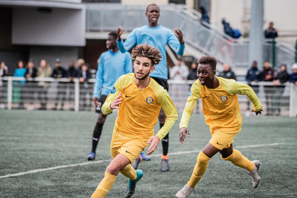 Image of Samy Mahour playing soccer Montrouge Football Club 92.