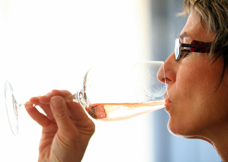 Une personne déguste du vin rosé, le 25