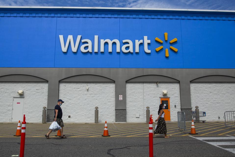 La gente pasa por una tienda Walmart en North Bergen, Nueva Jersey.