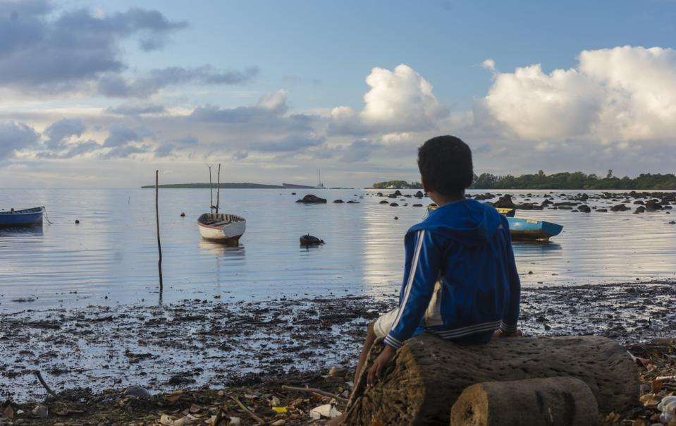 According to the UN, over 30km of Mauritius' previously golden, sandy beaches have been drenched in heavy hyrdocarbons from Wakashion's engines.  How should these 300,000 gallons be removed?