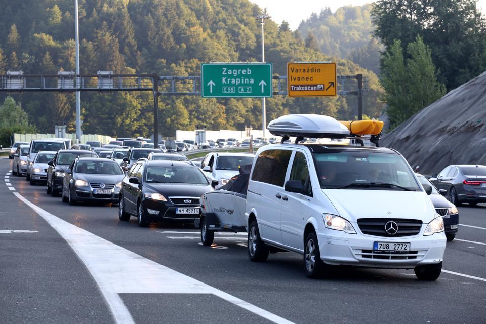 Cars at Croatia border as EU countries and Schengen impose quarantine and travel bans