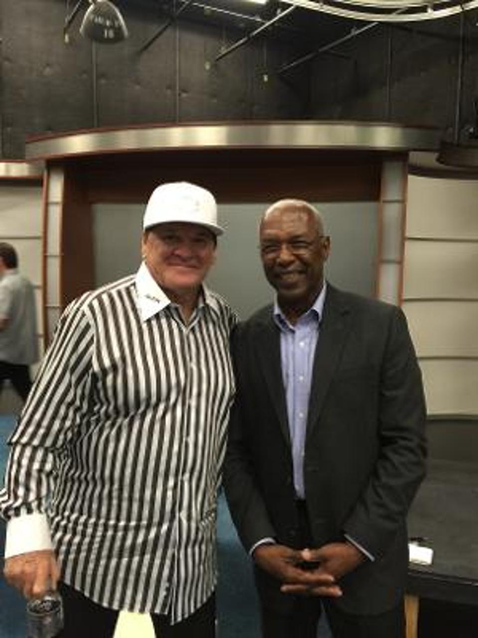 Pete Rose berdiri di samping kolumnis olahraga nasional Forbes.com Terence Moore.