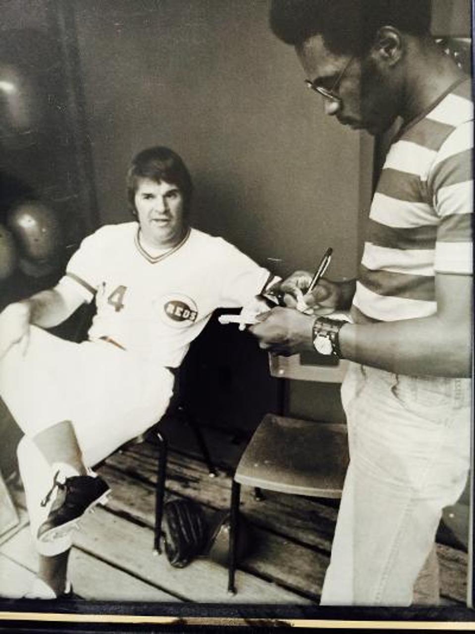 Terence Moore berdiri saat mewawancarai Pete Rose yang duduk di ruang istirahat.