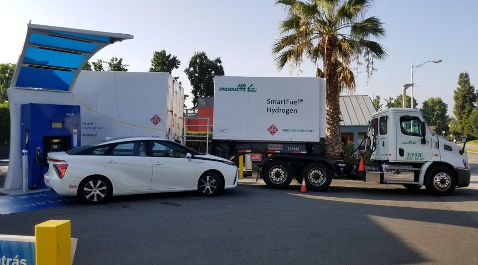 Compressed hydrogen tanker is offloading hydrogen, fuel cell vehicle is preparing to fuel.