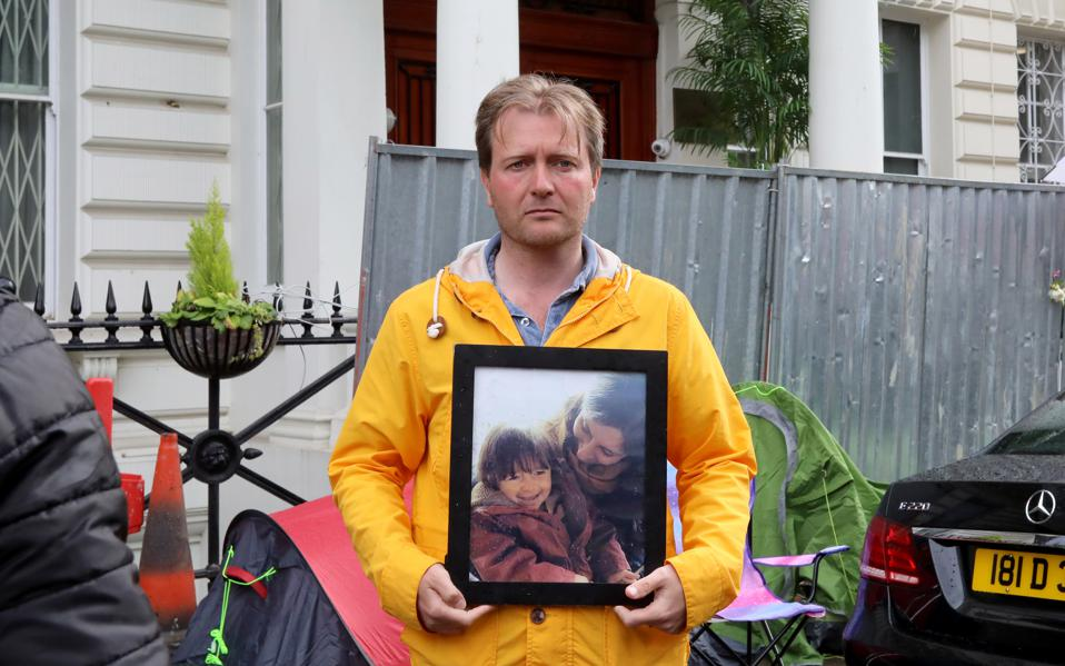 Richard Ratcliffe holds up a picture of his wife Nazanin Zaghari-Ratcliffe and their daughter during a protest at the Iranian embassy in London on June 19, 2019 (photo: Dominic Dudley)