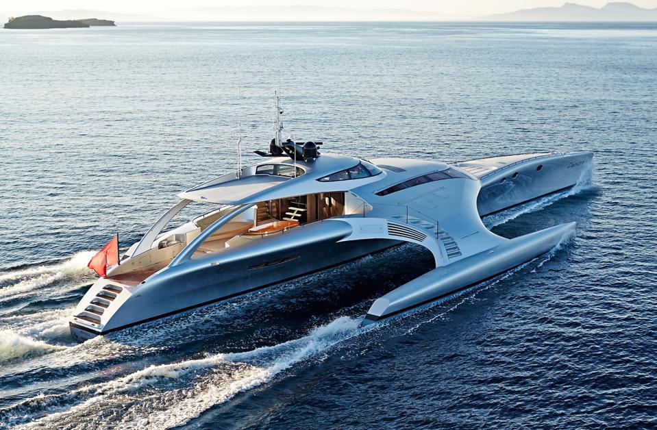 Un aperçu de l'intérieur du yacht ADASTRA alors qu'il navigue sur l'océan