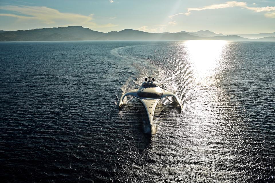 Le yacht trimaran ADASTRA traverse l'océan