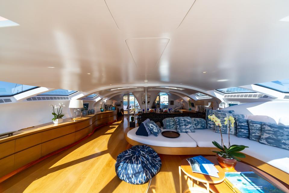 L'intérieur décloisonné du yacht explorateur ADASTRA