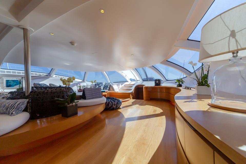 Le salon du pont principal du yacht explorateur ADASTRA