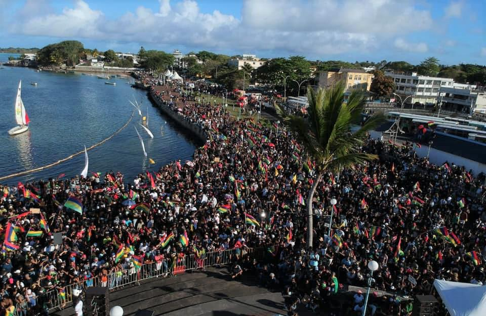 A range of different media outlets in Mauritius showed the large crowds along side the Mahebourg waterfront where homemade booms had been assembled just weeks earlier