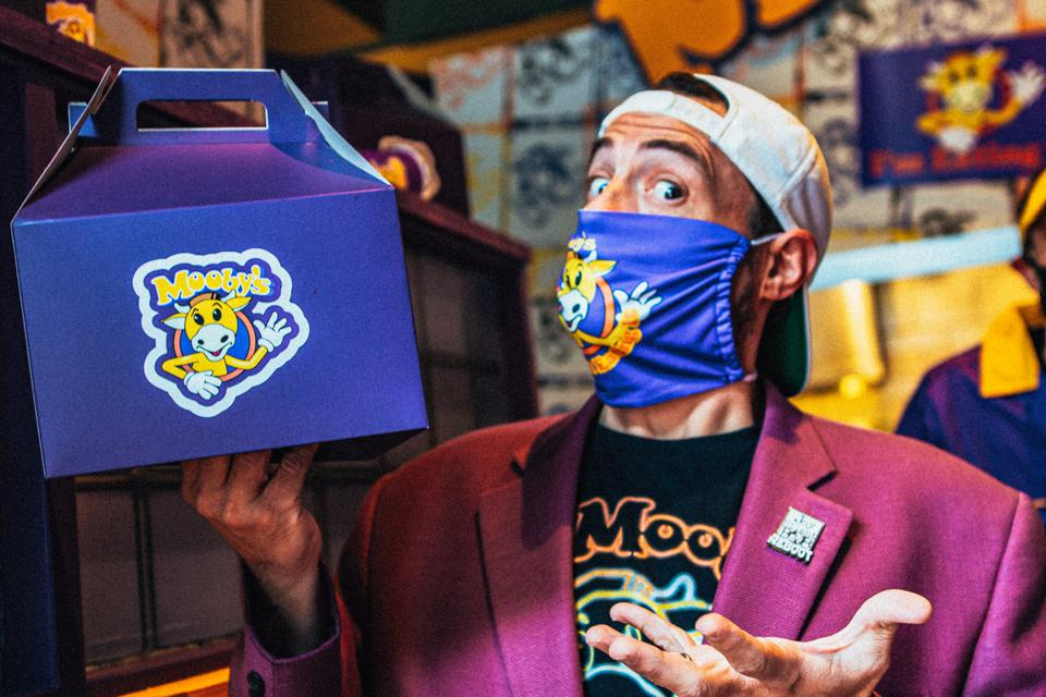 Kevin Smith holding a Mooby's lunchbox