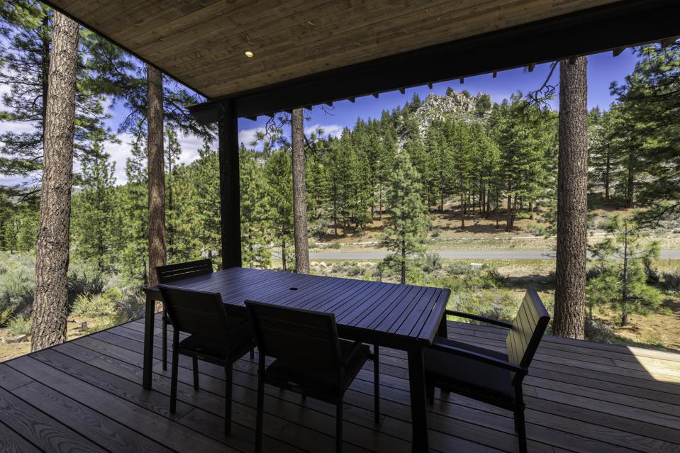 Located on the eastern slope of the Carson Range in Tahoe, Nevada, the mountain cottage features spectacular views of unique granite rock outcroppings.