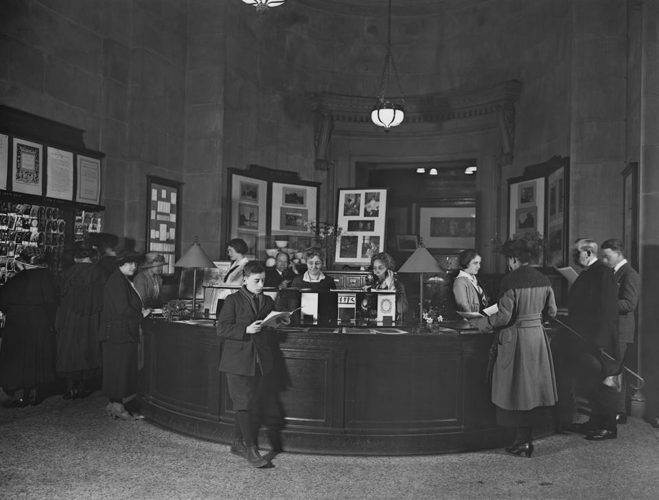The information desk at The Met Fifth Avenue. Photographed in 1921. Image courtesy of The Metropolitan Museum of Art