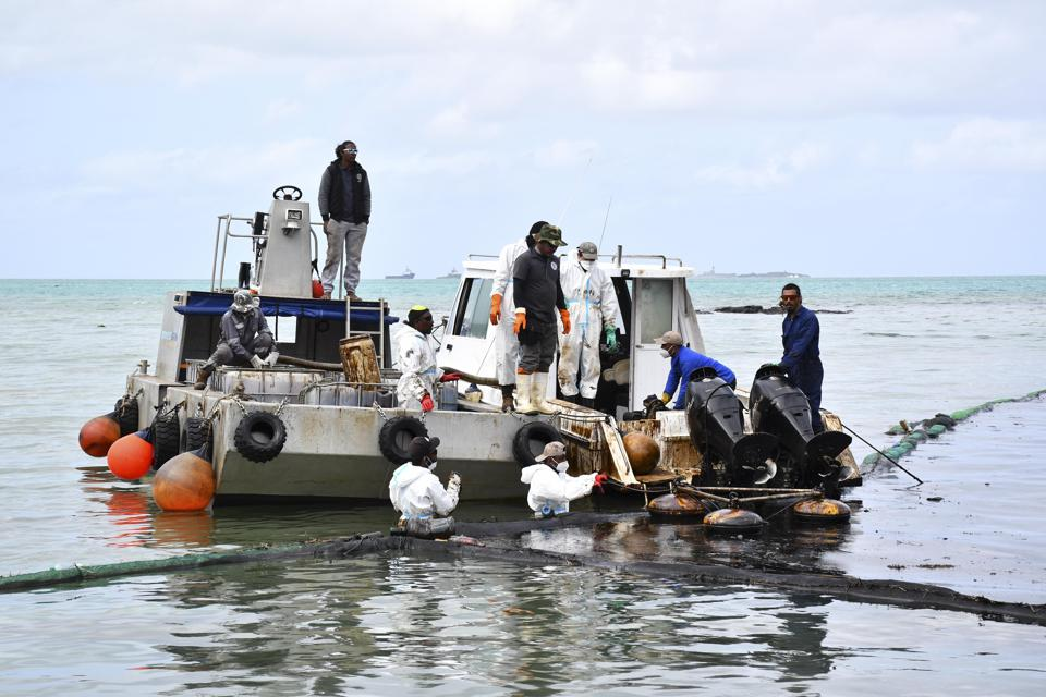 MAURITIUS-MAHEBOURG-OIL-SPILL-EMERGENCY