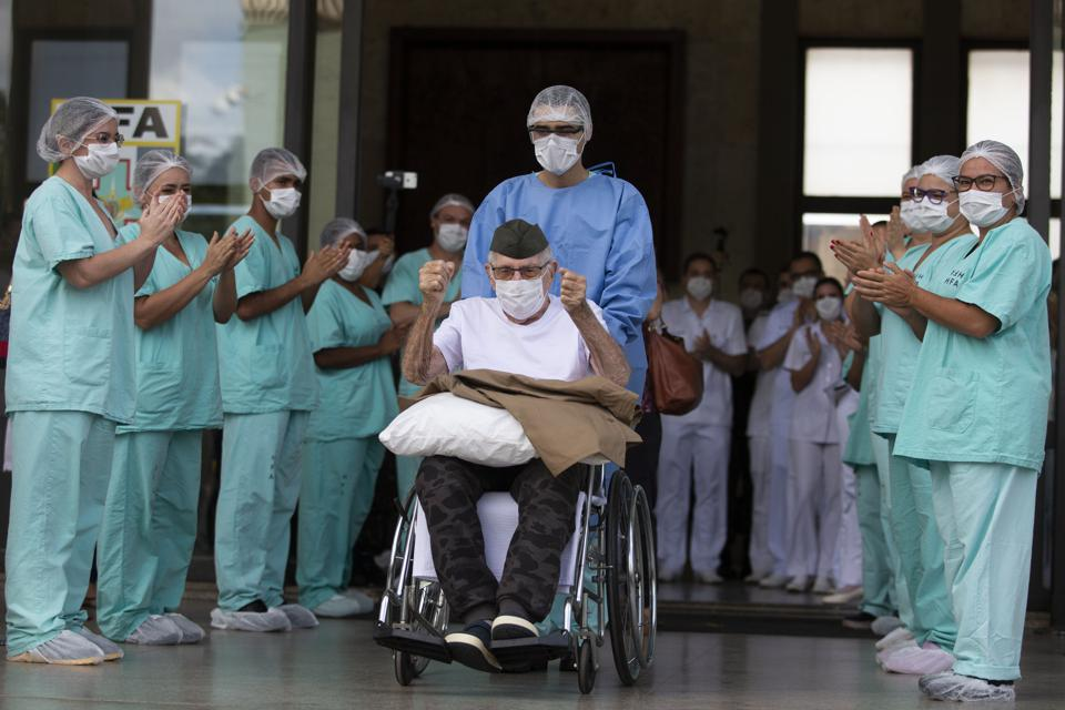 99-year-old veteran from Brazil wheeled out of hospital after recovering from coronavirus