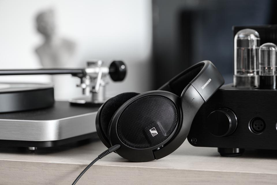 Sennhesier HD 560S by a turntable