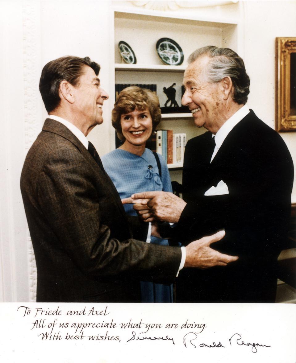 Springer, Axel - Verleger, D/ mit Ehefrau Friede und Ronald Reagan (l.)