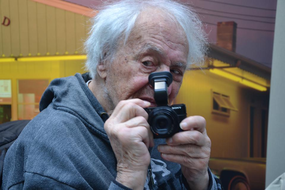 photographer william klein holding camera