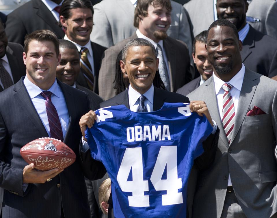 Barack Obama (C) poses with DeOssie Zak DeOssie and the NY Giants