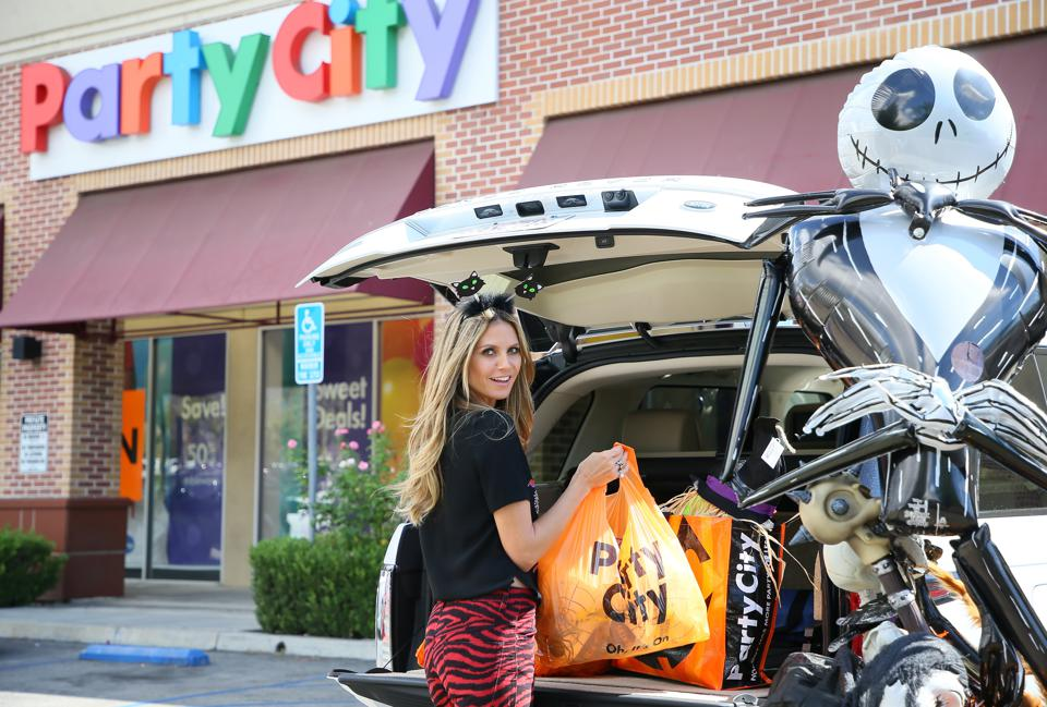 Heidi Klum Seen Shopping At Party City In Los Angeles For Halloween Costumes And Decorations