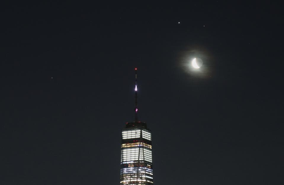 Saturn, Jupiter, Mars and the Moon Rise Together in New York City