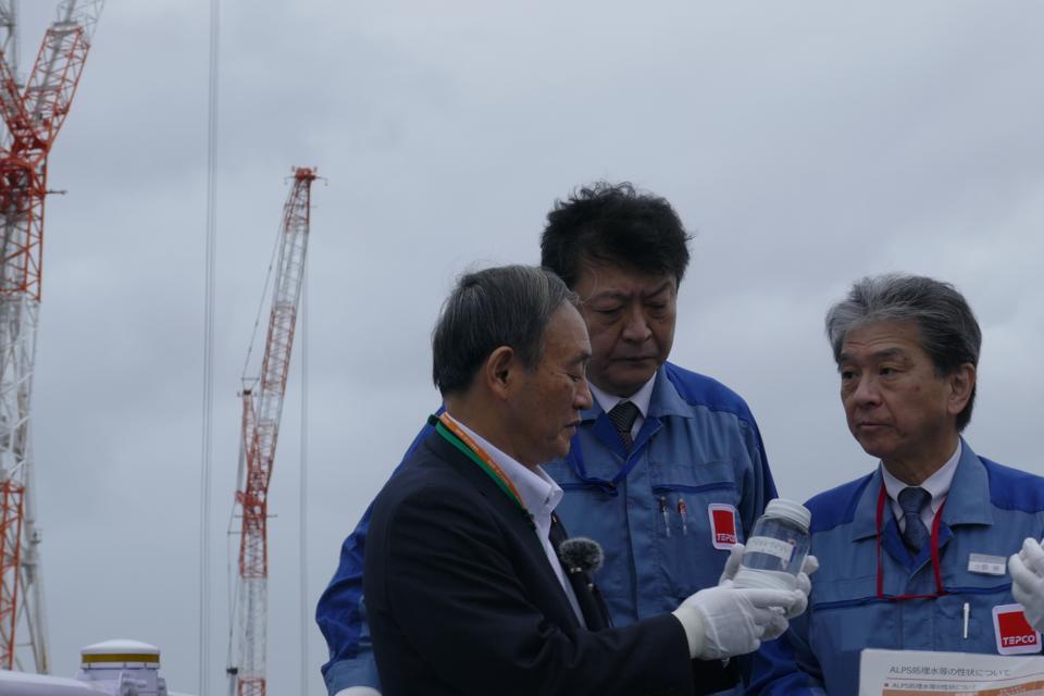 Le Premier ministre japonais Suga inspectant l'eau à Fukushima.  Cela survient au milieu d'un scandale engloutissant les scientifiques japonais.