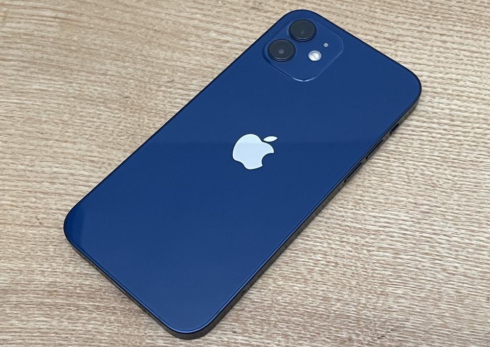 Το νέο Apple iPhone 12 σε μπλε φινίρισμα.