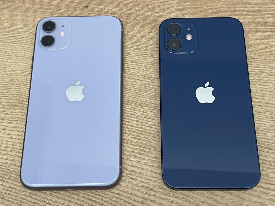 Το iPhone 11, αριστερά, είναι αισθητά μεγαλύτερο από το iPhone 12, δεξιά, αλλά και τα δύο έχουν οθόνες 6.1in.