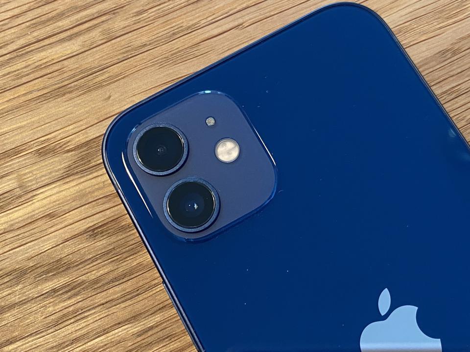 Το iPhone 12 με τις δύο πίσω κάμερες του (συν φλας και μικρόφωνο).