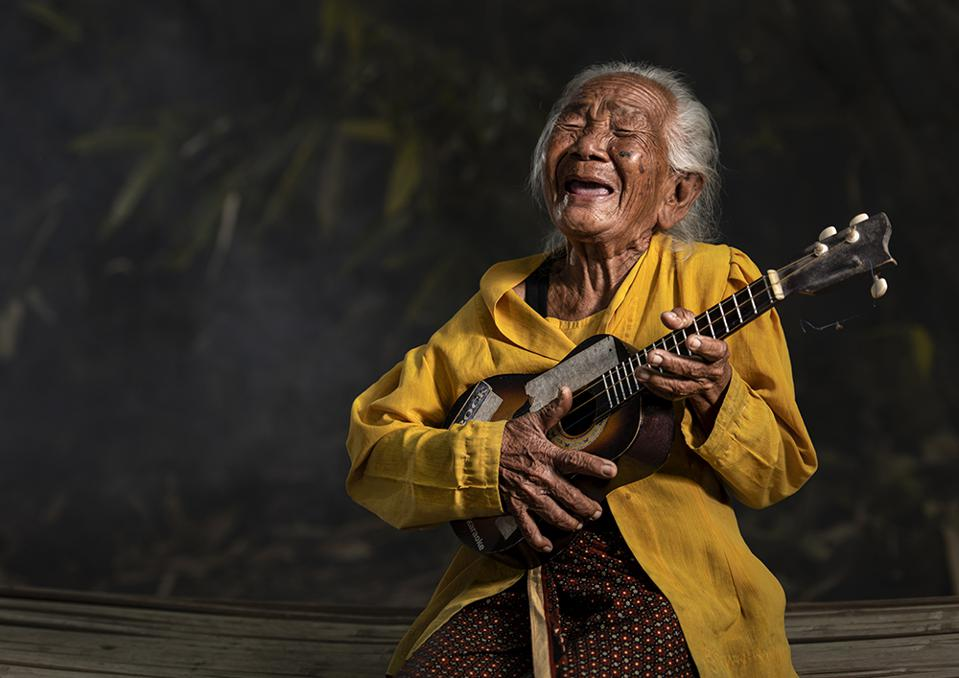 The World We Want, global photo contest am old Indonesian grandma playing guitar and singing