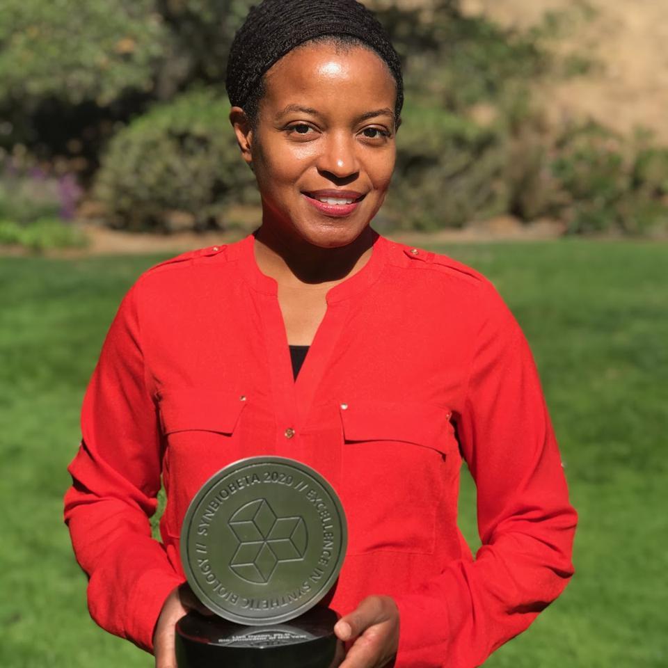 Lisa Dyson holding her SynBioBeta 2020 Bioinnovator of the Year Award.