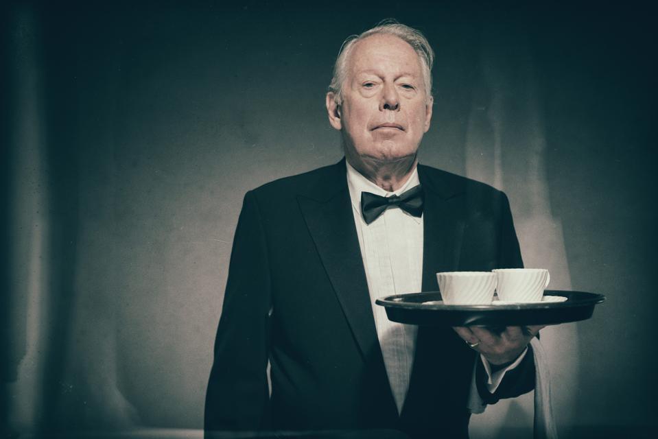 Le majordome sert du café