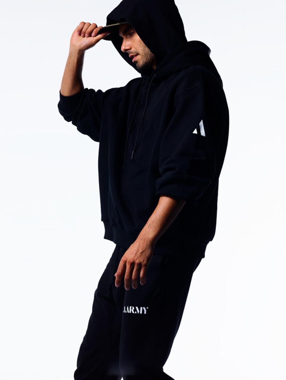 The double hood pullover is made of 100% cotton with classic logo embroidery. Equipped with side zip pockets and ribbed cuffs and hem.