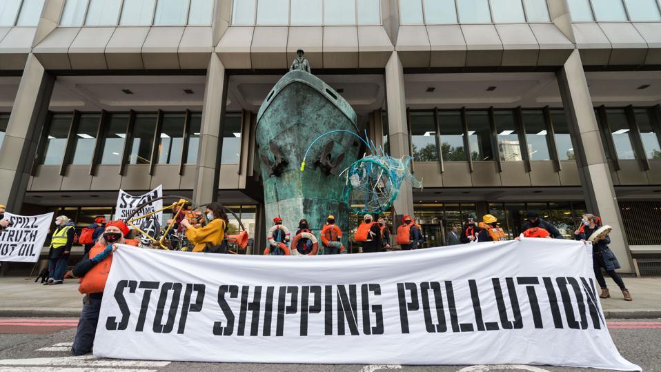تشرين الأول (أكتوبر) 2020: متظاهرون خارج منظم الشحن التابع للأمم المتحدة ، المنظمة البحرية الدولية ، يسلطون الضوء على كيفية توقع زيادة انبعاثات ثاني أكسيد الكربون في الشحن خلال العقد المقبل ، بدلاً من النصف كما هو مطلوب بموجب اتفاقية باريس للمناخ