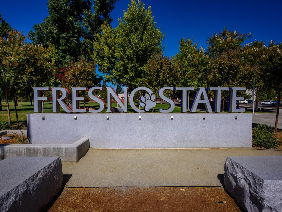 A picture of the Fresno State sign on the campus.