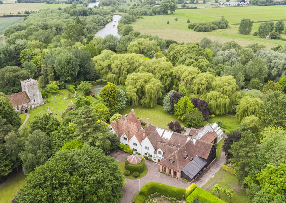 Rectory Farm House in Oxfordshire, on sale for $ 9 million, lies in 8 acres of land beside the River Thames