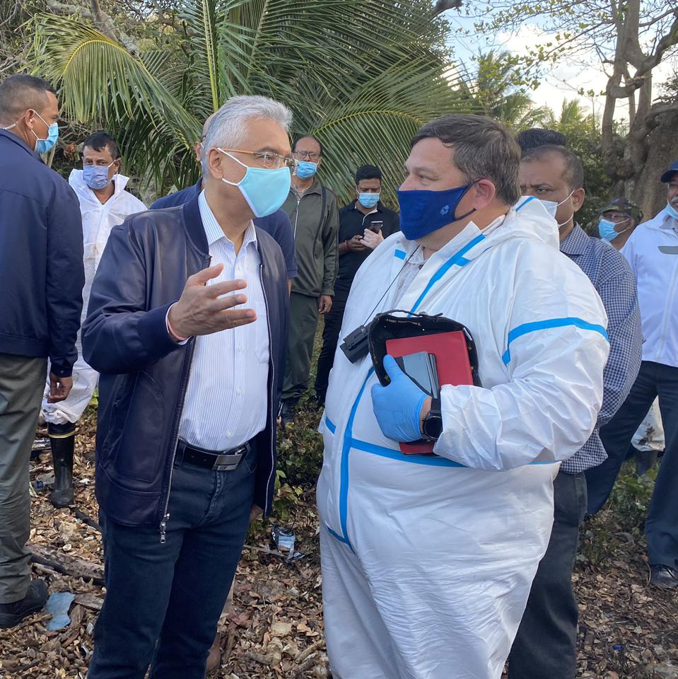The IMO's representative (R) seen here in close communication with the Prime Minister of Mauritius, Pravind Jugnauth (L), during the sinking of the Wakashio in August.
