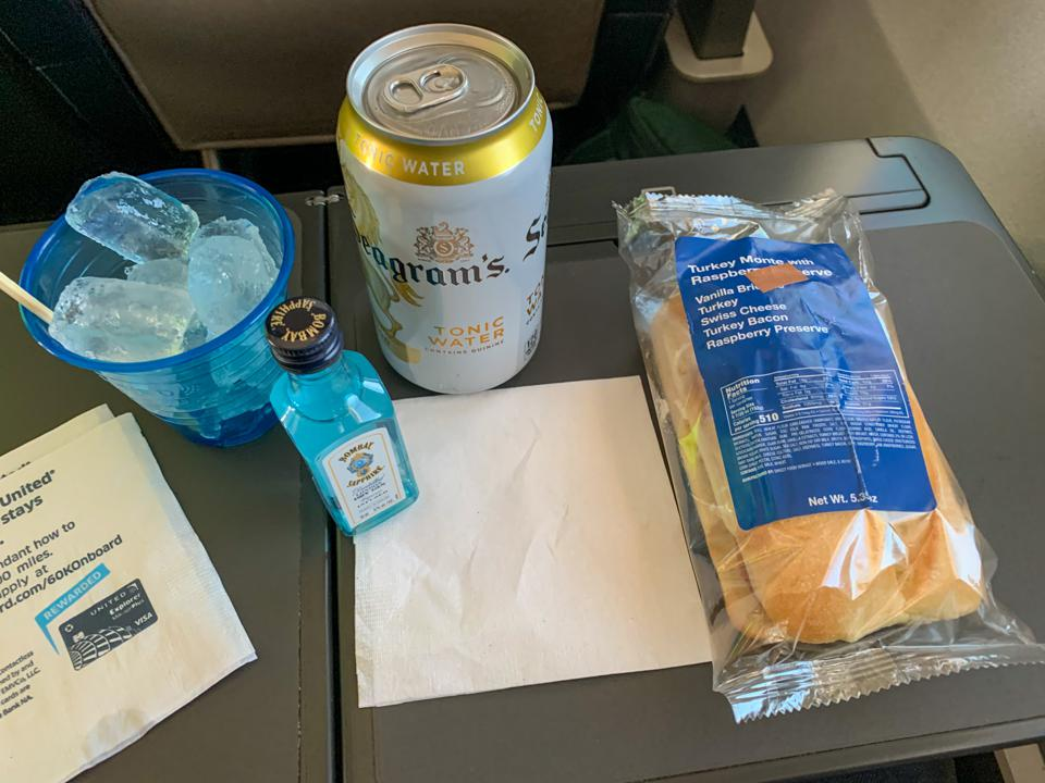 Inflight service United airlines sandwich COVID-19 pandemic