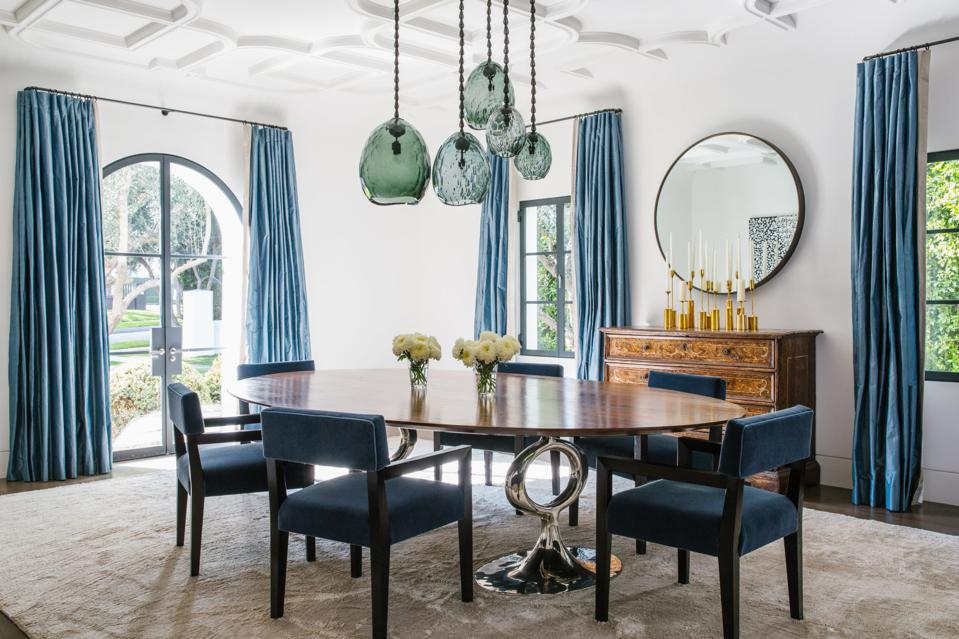 A modern dining room by Maine Design