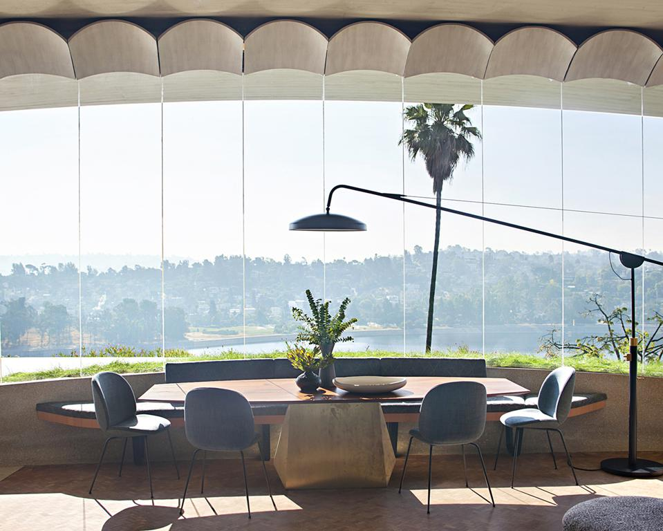 A midcentury dining room by Jamie Bush