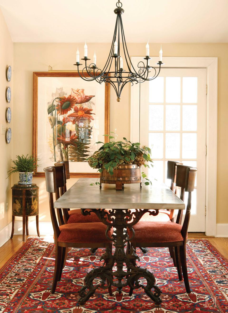 A traditional dining room by Deborah Leamann