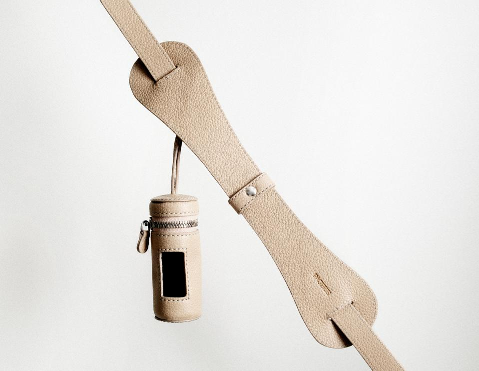 The TASCHER from PAGERIE is also comes with a pouch for dog treats and other canine essentials.