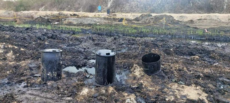 12 Nov: Land either side of the two meter wide river of oil appears is saturated with heavy fuel oil, that is giving strong hydrocarbon odors into the region