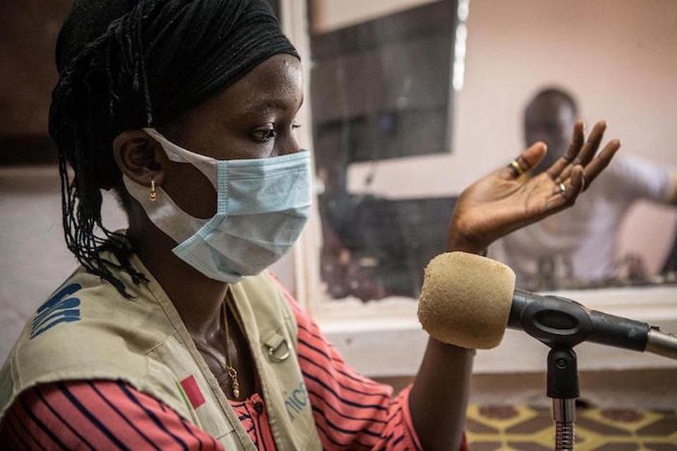 In the Mopti region of Mali, 15-year-old Fatoumata leads a radio show on COVID-19, dispelling misinformation and teaching her community how to stay safe from the novel coronavirus.