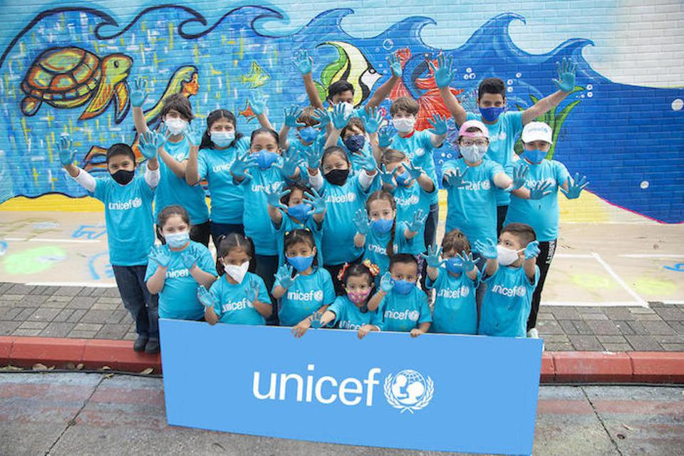 For World Children's Day 2020, nine Guatemalan artists and 25 boys and girls painted a mural at La Aurora International Airport in Guatemala City.