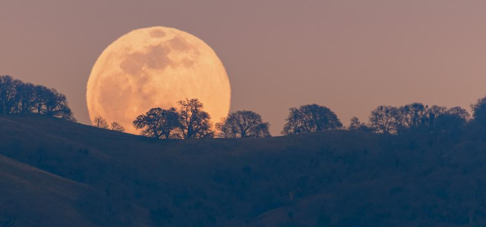 A full Moon rising from behind a hill in the Diablo Mountain Range, in South San Francisco Bay Area.
