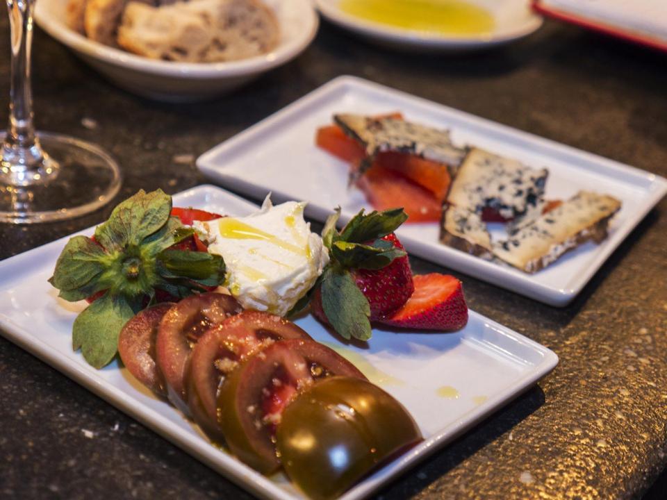 Mas Tapas Charlottesville Spanish restaurant belmont chef Tomas Rahal dining