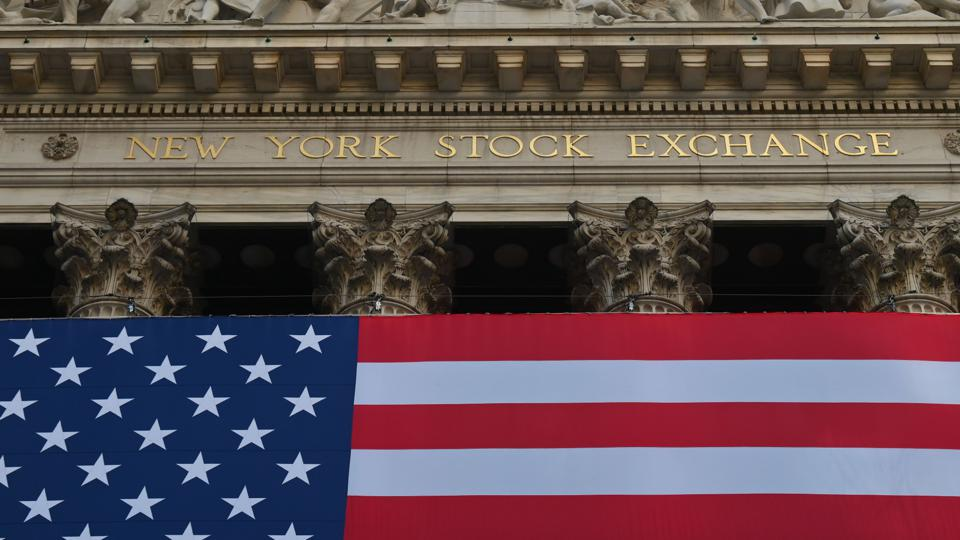 NYSE building with US flag in front