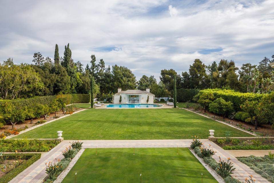 El segundo piso ofrece vistas desde la terraza de la gran zona de césped y la piscina Zodiac y la casa de la piscina.